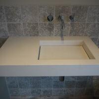Aansluiten van kranen en installeren wastafel.